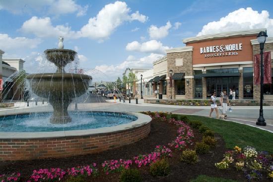 Center Valley, PA: Bowl Fountain on Main Street
