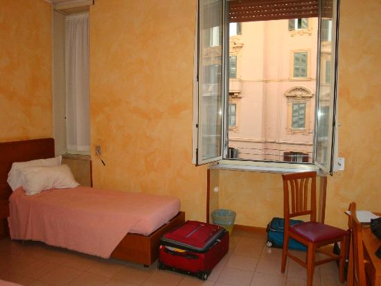 Residenza Madri Pie: Room is sparse but clean