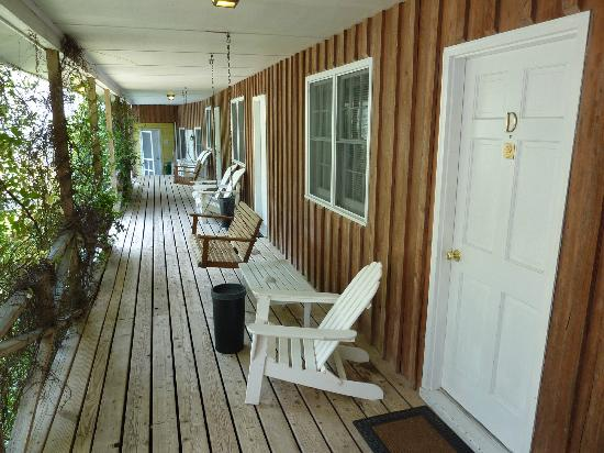 Blackbeard's Lodge: porch in front of the dog-friendly rooms