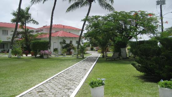 Herdmanston Lodge -- Guyana Hotels: Pathway to the dining room through Herdmanston Lodge's gardens