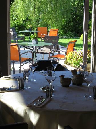 Le Bon Accueil : salle de restaurant et jardin