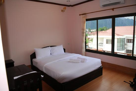 Savanh VangVieng Hotel: Large but sterile room