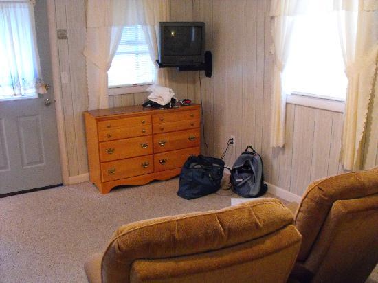 Sunnyside Motel & Cottages: TV and lounge area