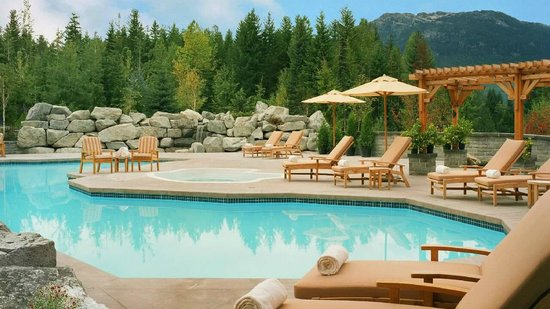 Four Seasons Resort and Residences Whistler: Outdoor Pool fully heated all year long