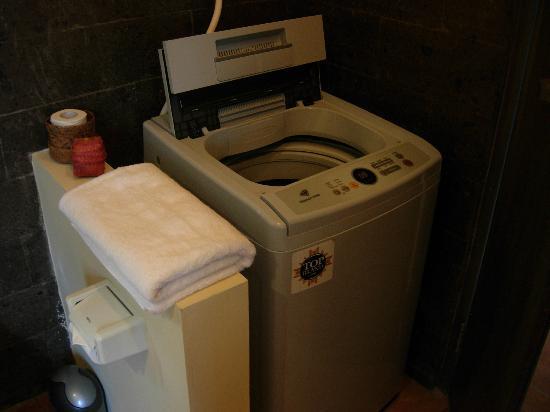 Sayang Sanur Terrace House: washing machine