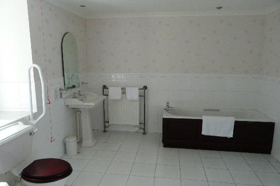 Kirroughtree House Hotel: Massive bathroom