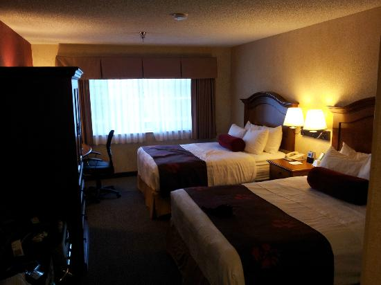 BEST WESTERN PLUS Rama Inn: 2Q suite bed area