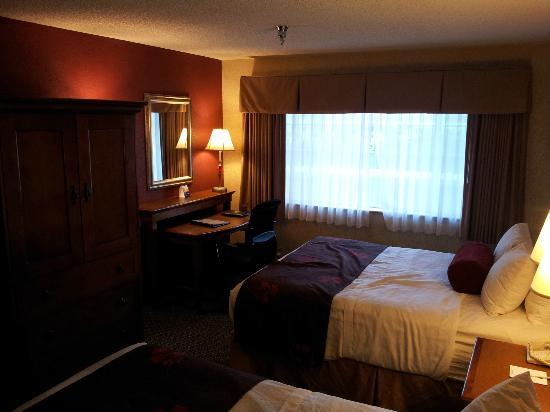 BEST WESTERN PLUS Rama Inn: 2Q suite in bed area