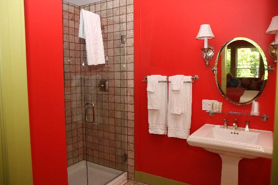 "‪‪Lake Country Inn‬: ""Red"" room bathroom and shower