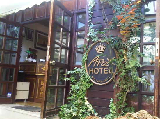 โรงแรมเอเพกซ์: Entrance of Apex Hotel.