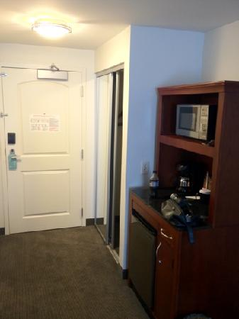 Hilton Garden Inn Louisville Northeast: entry way and micro fridge and microwave.
