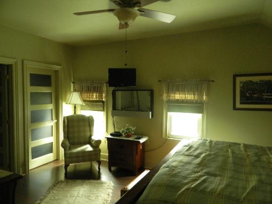 SunRise Bed & Breakfast : King Suite.. Ensuite Bathroom Sitting Area TV Ceiling Fan ,Air