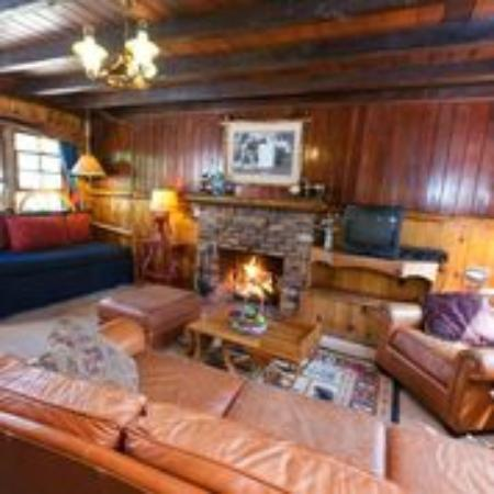 Arrowhead Pine Rose Cabins: Wild Bill's Living Room