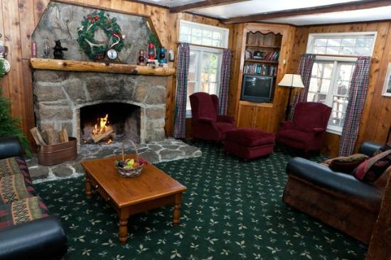 Arrowhead Pine Rose Cabins: Strawberry Lodge Living Room