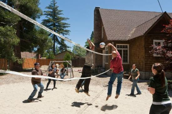 Arrowhead Pine Rose Cabins: Volleyball at Strawberry Lodge