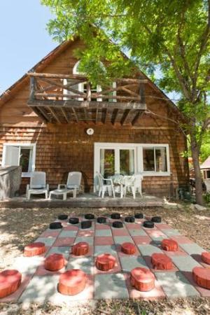 Arrowhead Pine Rose Cabins: Giant Checkers