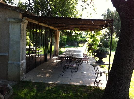Sous L'olivier: Great outdoor dining 