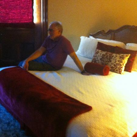 Inn at the Park Bed & Breakfast : King Bed in Governors Suite