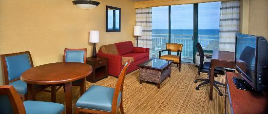 Courtyard Virginia Beach Oceanfront/South: Suite Living Area