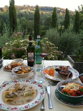 Ristorante Da Pode at Hotel Sovestro: Tortolonni da Pode, Chicken, Mixed Salad, Patate al Forno....Awesome Meal!