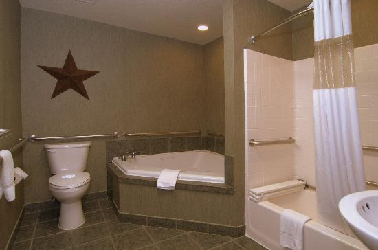MainStay Suites by Ft. Sam Houston: Jacuzzi Bathroom