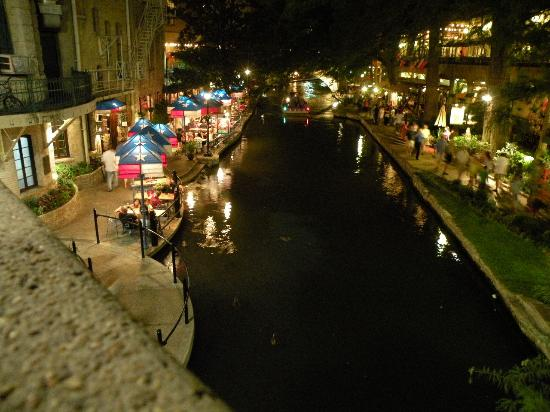 Comfort Suites Alamo/Riverwalk: riverwalk at night
