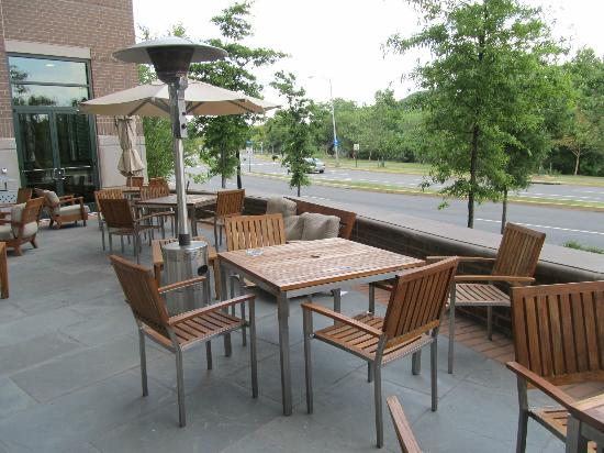 Hilton Garden Inn Arlington/Shirlington: Outside dining area
