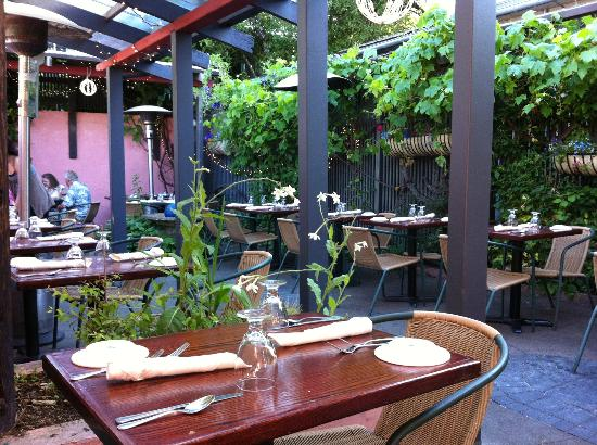 Cafe Soriah: Lovely garden dining area