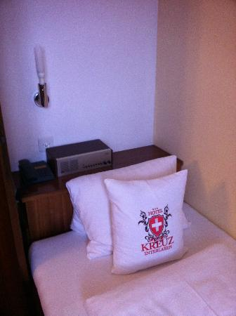 Hotel Weisses Kreuz: Single bed with non-working radio/alarm