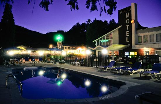 O'Sullivan's On The Lake Motel: A view from the pool