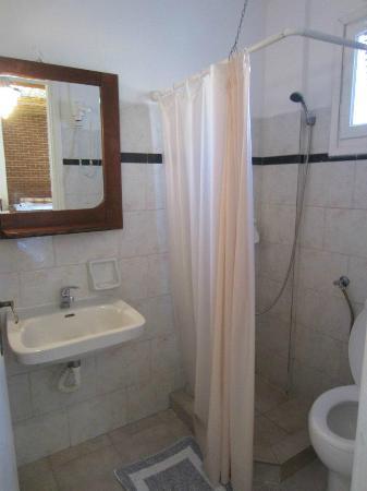 Skala Hotel: Bathroom