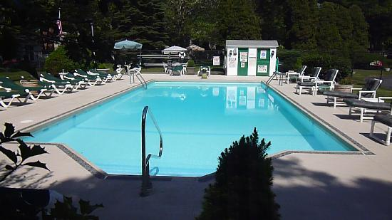 Falmouth Heights Motor Lodge: Patio Pool