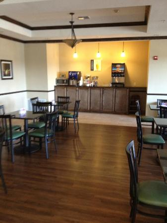Best Western Plus Emory at Lake Fork Inn & Suites: Dining Room and Free Drink Station