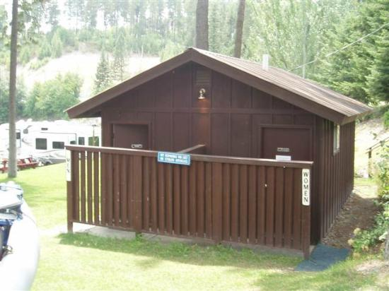 Woods Bay RV Park & Marina: bathrooms with hot showers