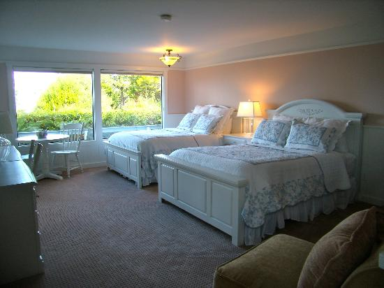 Agate Cove Inn: Garnet cottage has an ocean view, fireplace  and 2 queen beds