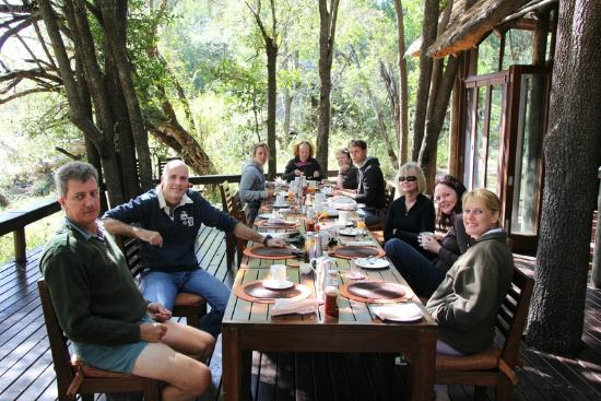 Rhino Post Safari Lodge: Breakfast and stories.