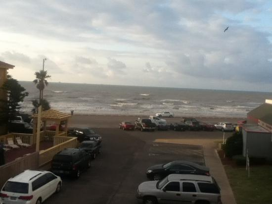 La Quinta Inn Galveston East Beach: 7:00 a.m. on a May Morning looking out at the ocean
