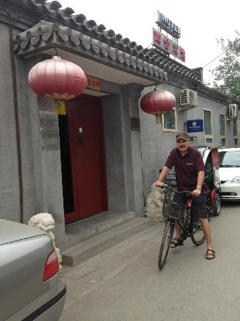Beijing Sihe Courtyard Hotel: Hotel Entry Small but beautiful. Great courtesy bicycles
