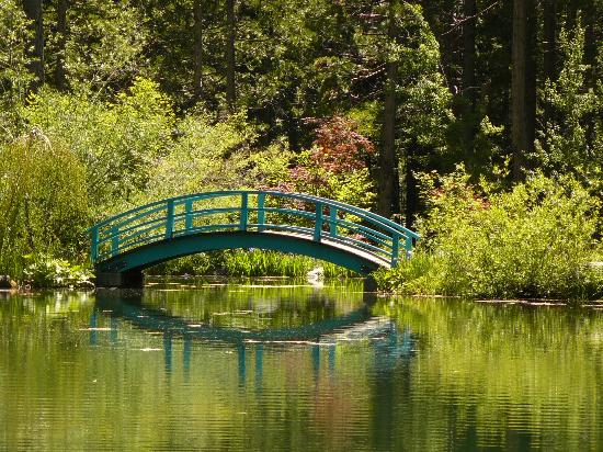 Sierra City, Калифорния: Bridge to outdoor dining at Big Springs Garden