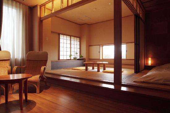 Sanyoan: 温泉ひのき風呂付和室
