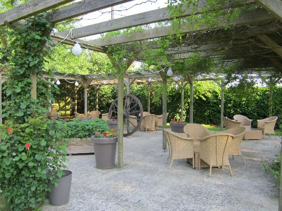 Auberge de Launay: Outdoor dining area