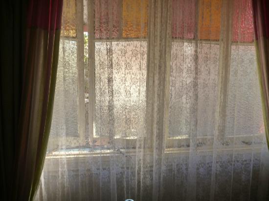 Annie's Shandon Inn : Fine lace & draperies in my room