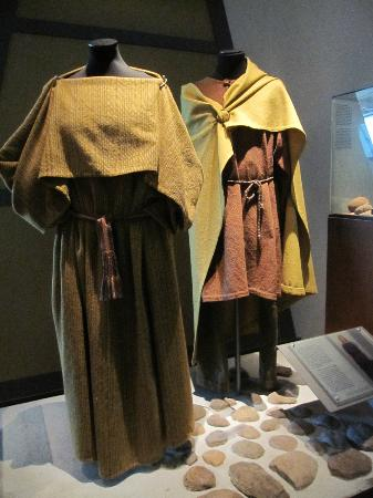Lindholm Hoeje Museum: Viking clothing display in the museum