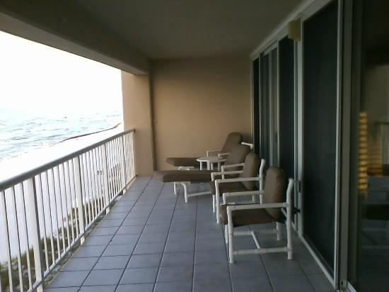Destin Gulfgate: LARGE and DEEP balconies!!! One of my favorite parts. Great to spend the night sleeping on a lou