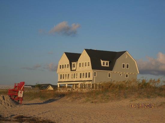 Elizabeth Pointe Lodge: Lodge from Beach