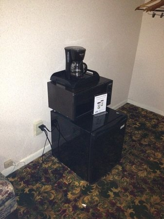 Super 8 Mackinaw City / Bridgeview Area: appliances sitting on floor. no table at all.