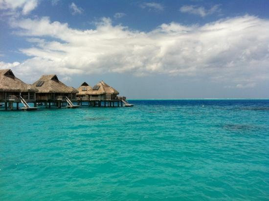 Vahine Island Resort: the lagoon and pacific ocean from the deck at concierge