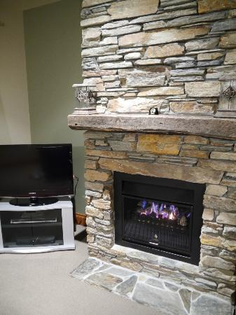 Wanaka Luxury Apartments: Beautiful fireplace