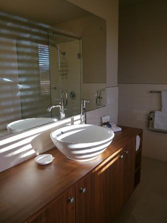 Wanaka Luxury Apartments: Immaculate bathroom with toiletries
