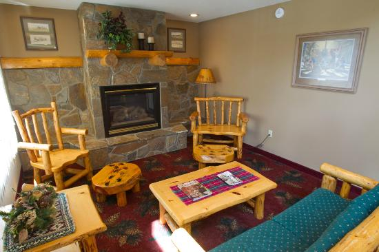 Ramada Summerset/Rapid City West: Fireplace in Lobby Area